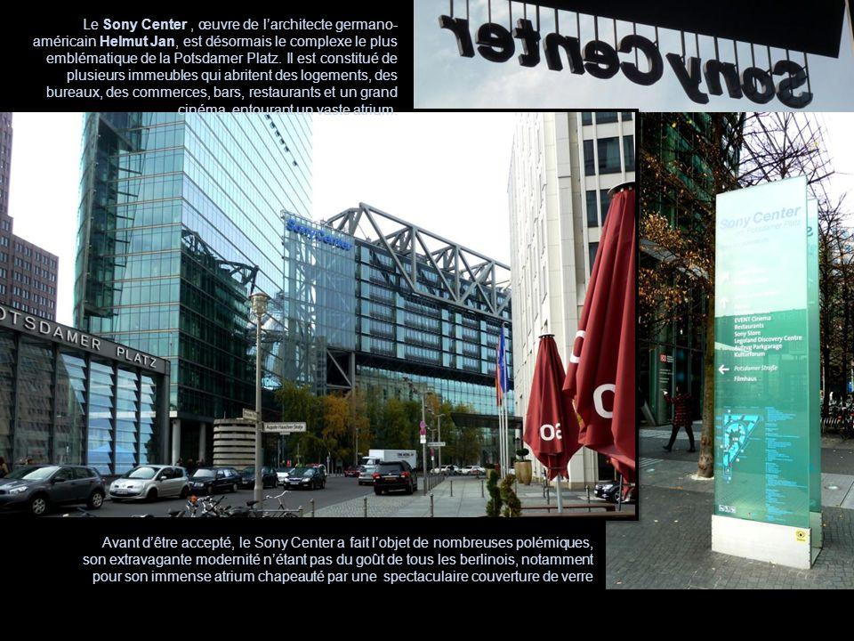 Le Sony Center , œuvre de l'architecte germano-américain Helmut Jan, est désormais le complexe le plus emblématique de la Potsdamer Platz. Il est constitué de plusieurs immeubles qui abritent des logements, des bureaux, des commerces, bars, restaurants et un grand cinéma, entourant un vaste atrium.