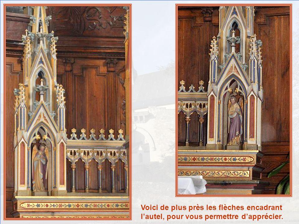 Voici de plus près les flèches encadrant l'autel, pour vous permettre d'apprécier.