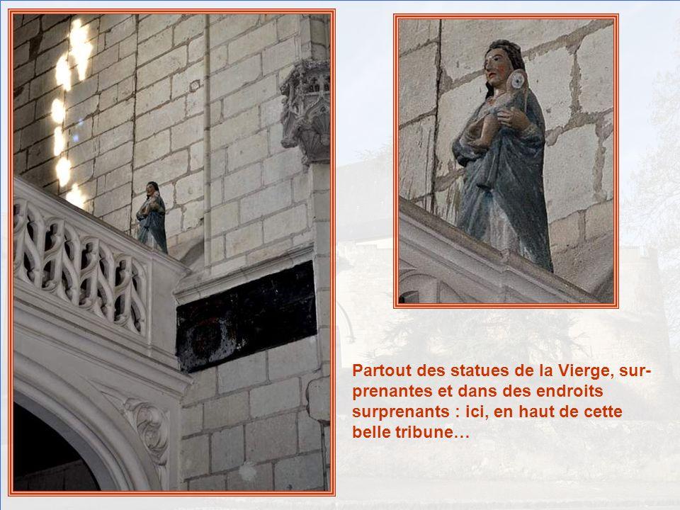 Partout des statues de la Vierge, sur-prenantes et dans des endroits surprenants : ici, en haut de cette belle tribune…