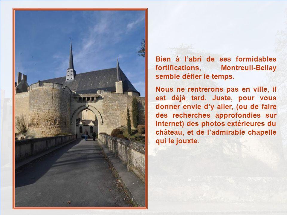 Bien à l'abri de ses formidables fortifications, Montreuil-Bellay semble défier le temps.