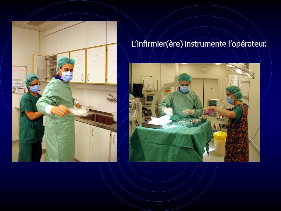 L'infirmier(ère) instrumente l'opérateur.