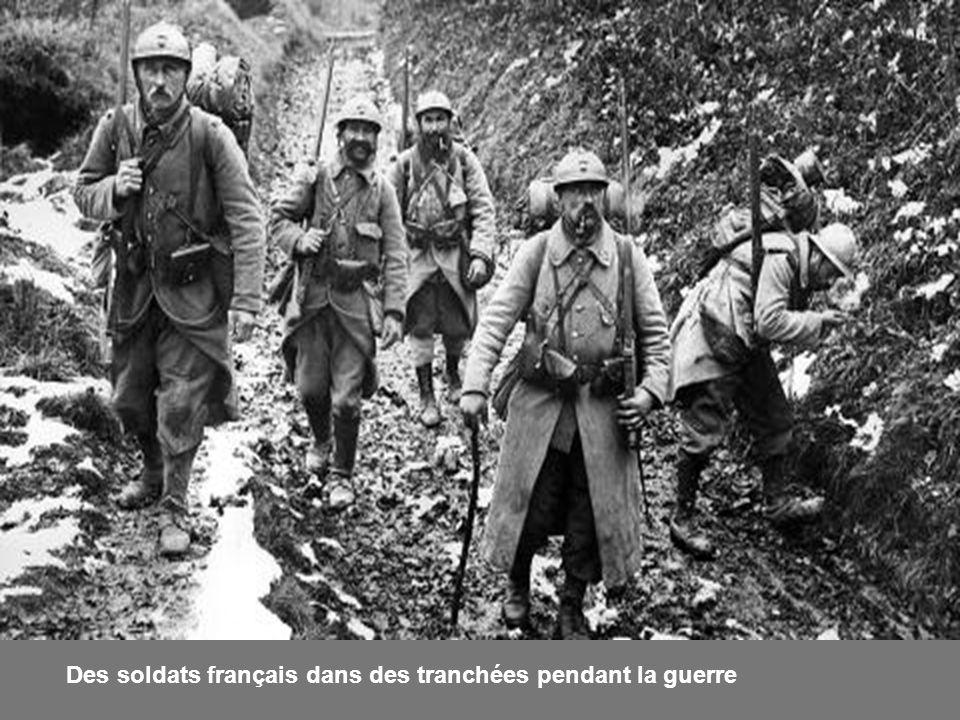 Des soldats français dans des tranchées pendant la guerre