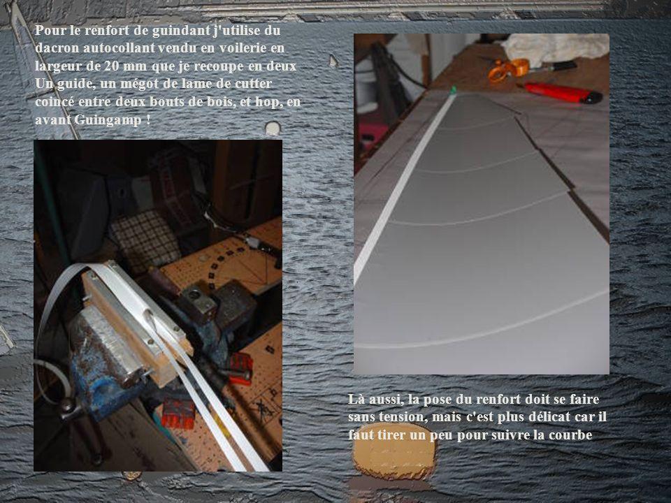 Pour le renfort de guindant j utilise du dacron autocollant vendu en voilerie en largeur de 20 mm que je recoupe en deux Un guide, un mégot de lame de cutter coincé entre deux bouts de bois, et hop, en avant Guingamp !