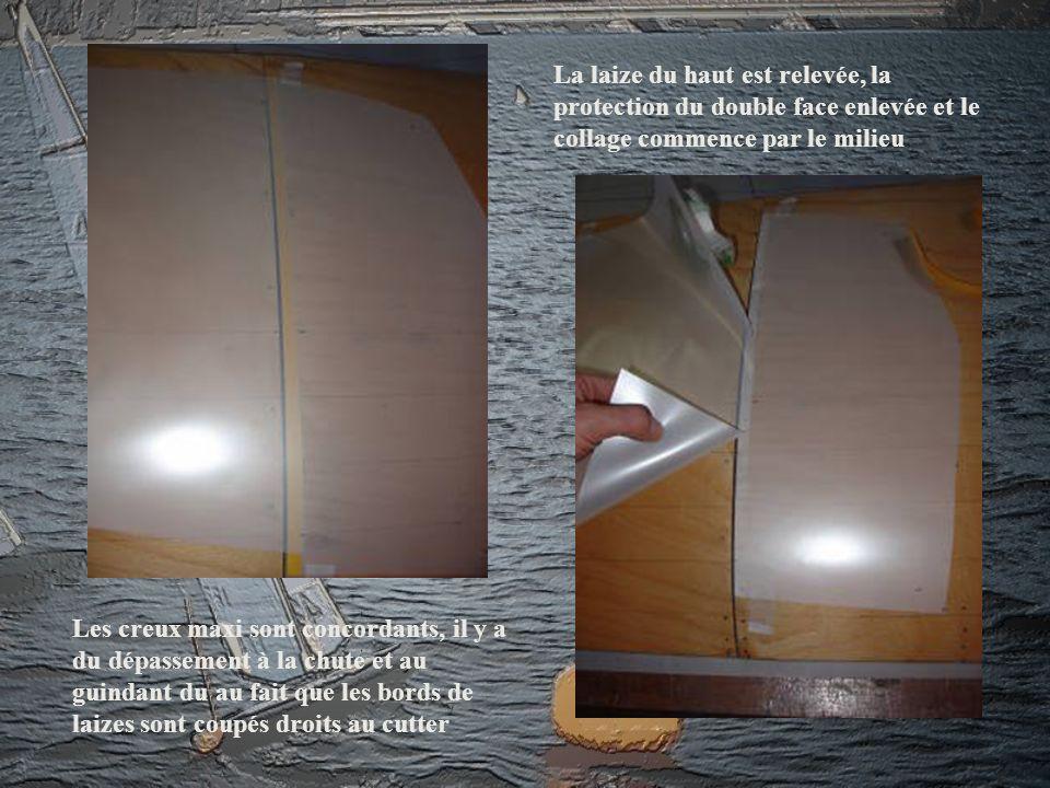 La laize du haut est relevée, la protection du double face enlevée et le collage commence par le milieu