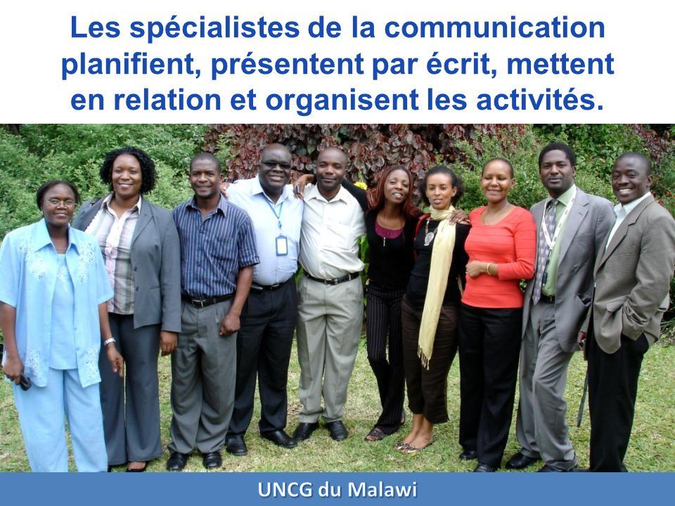 Les spécialistes de la communication planifient, présentent par écrit, mettent en relation et organisent les activités.