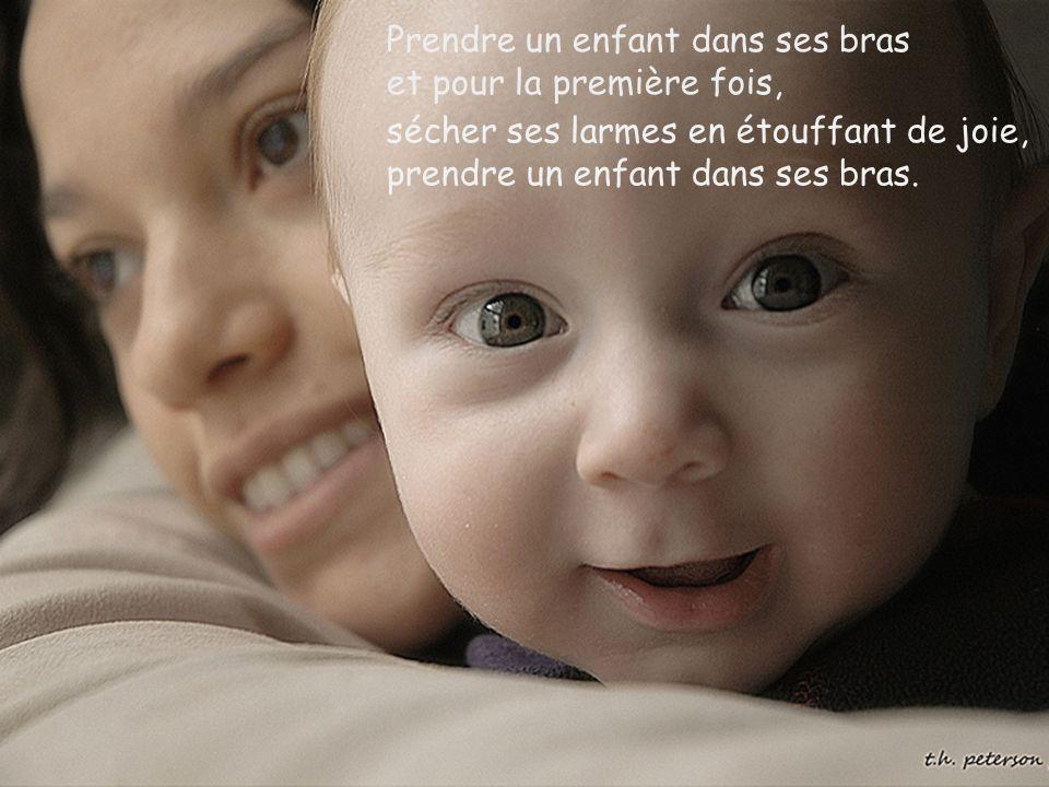 Prendre un enfant dans ses bras et pour la première fois,