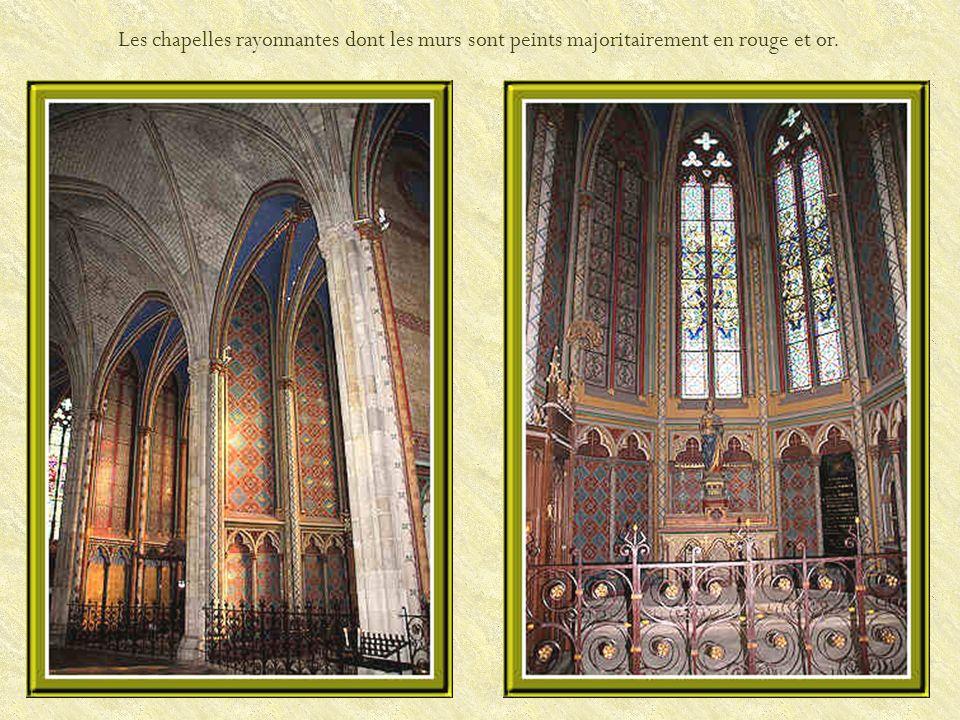 Les chapelles rayonnantes dont les murs sont peints majoritairement en rouge et or.