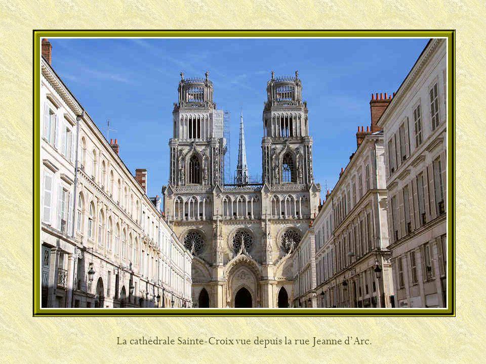 La cathédrale Sainte-Croix vue depuis la rue Jeanne d'Arc.