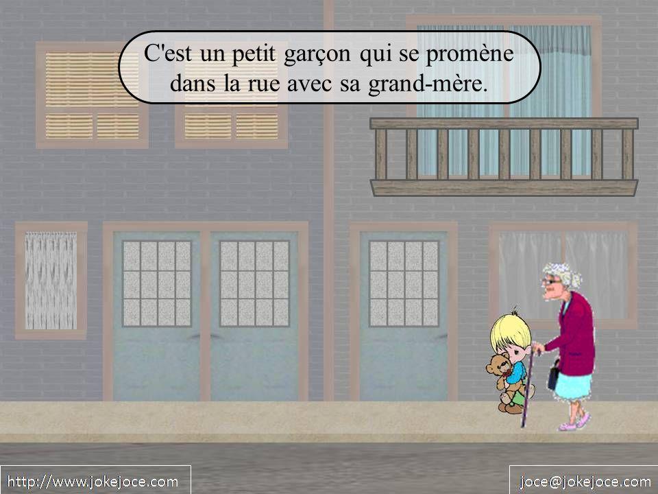 C est un petit garçon qui se promène dans la rue avec sa grand-mère.
