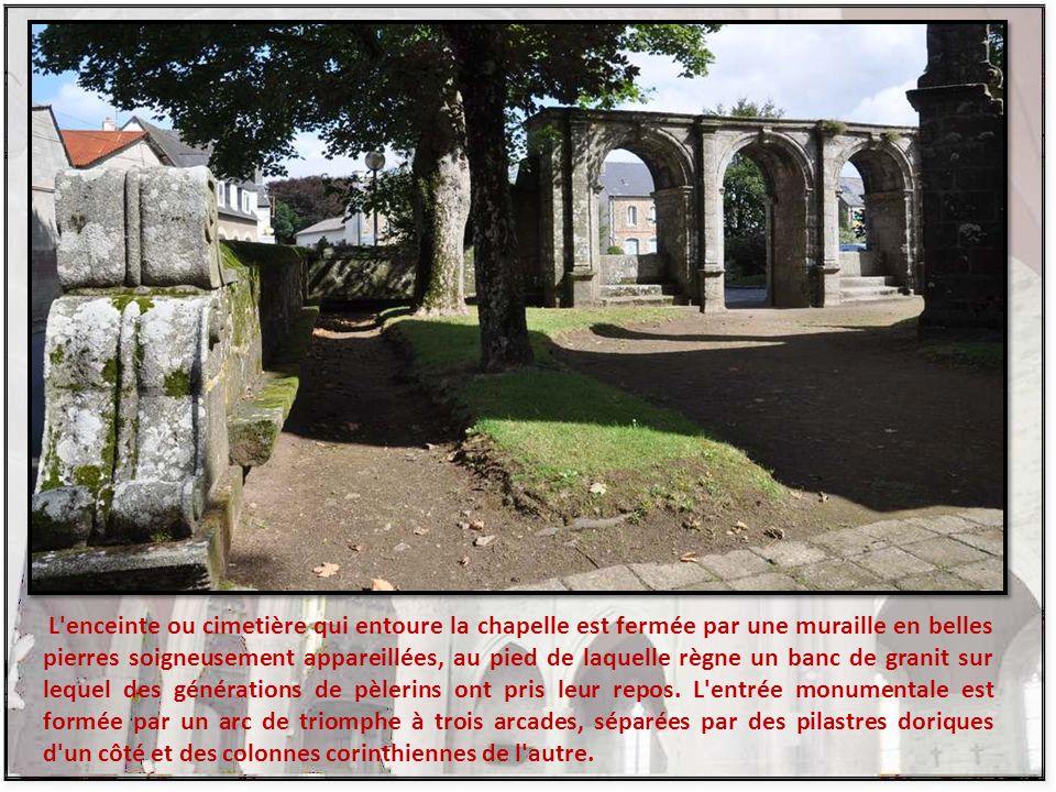 L enceinte ou cimetière qui entoure la chapelle est fermée par une muraille en belles pierres soigneusement appareillées, au pied de laquelle règne un banc de granit sur lequel des générations de pèlerins ont pris leur repos.