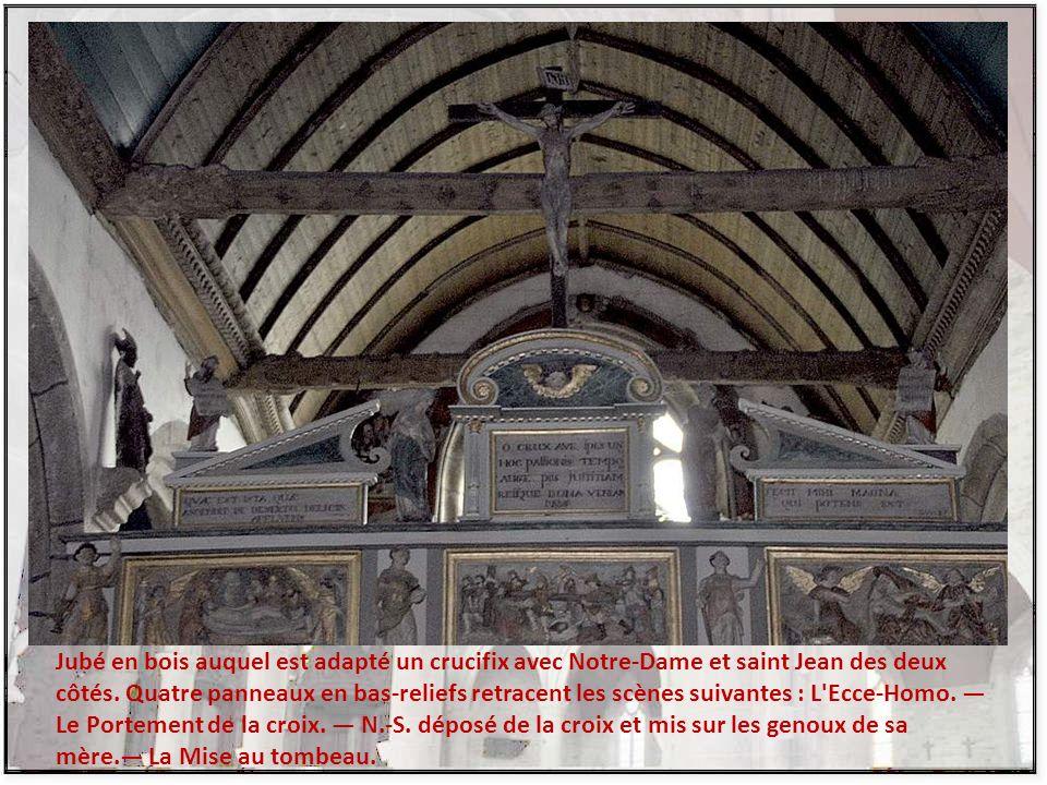 Jubé en bois auquel est adapté un crucifix avec Notre-Dame et saint Jean des deux côtés.