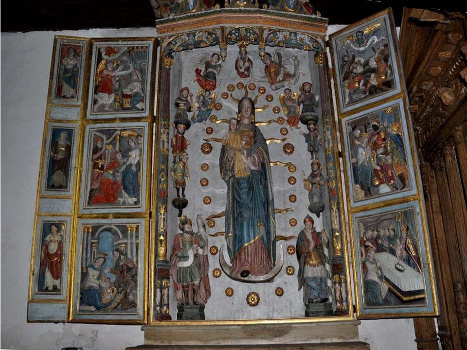 Les portes riche-mernt sculptées du petit oratoire de la Pieta.
