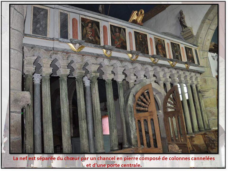 La nef est séparée du chœur par un chancel en pierre composé de colonnes cannelées et d une porte centrale.