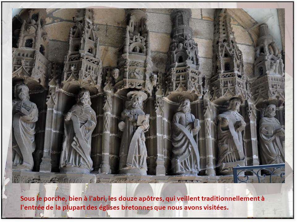 Sous le porche, bien à l abri, les douze apôtres, qui veillent traditionnellement à l entrée de la plupart des églises bretonnes que nous avons visitées.
