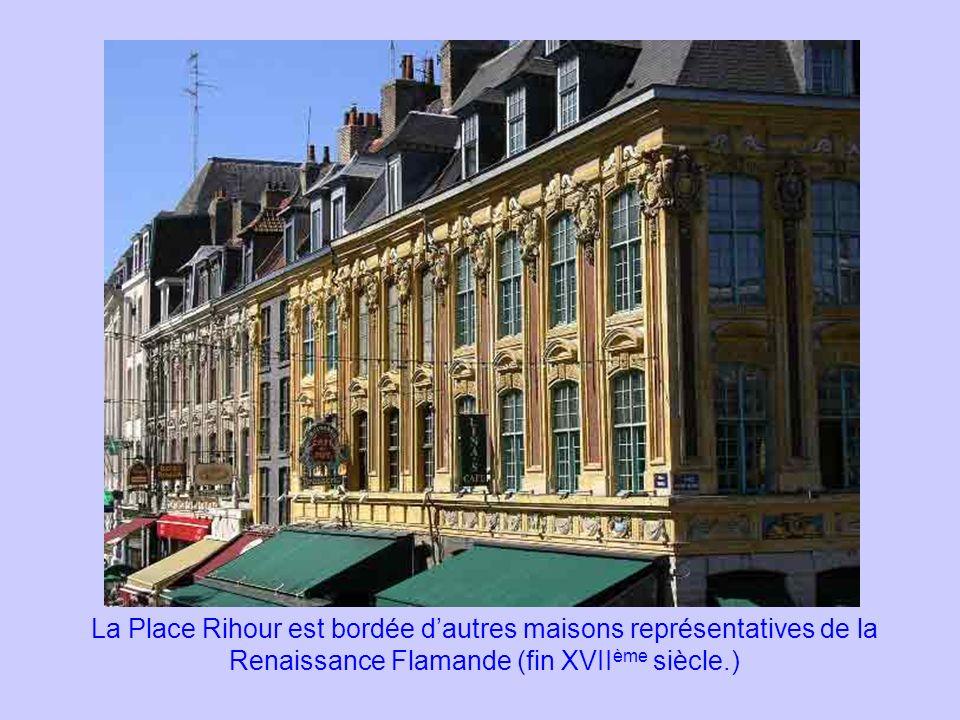 La Place Rihour est bordée d'autres maisons représentatives de la Renaissance Flamande (fin XVIIème siècle.)