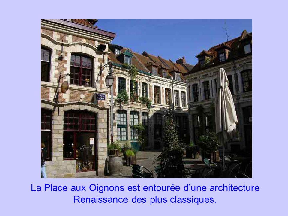 La Place aux Oignons est entourée d'une architecture Renaissance des plus classiques.