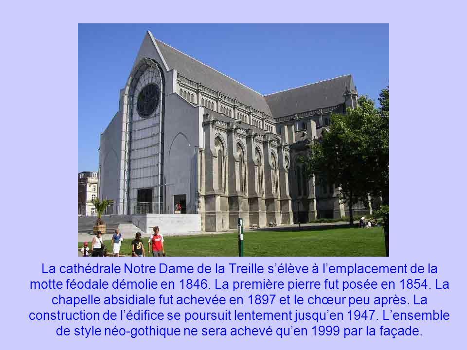 La cathédrale Notre Dame de la Treille s'élève à l'emplacement de la motte féodale démolie en 1846.