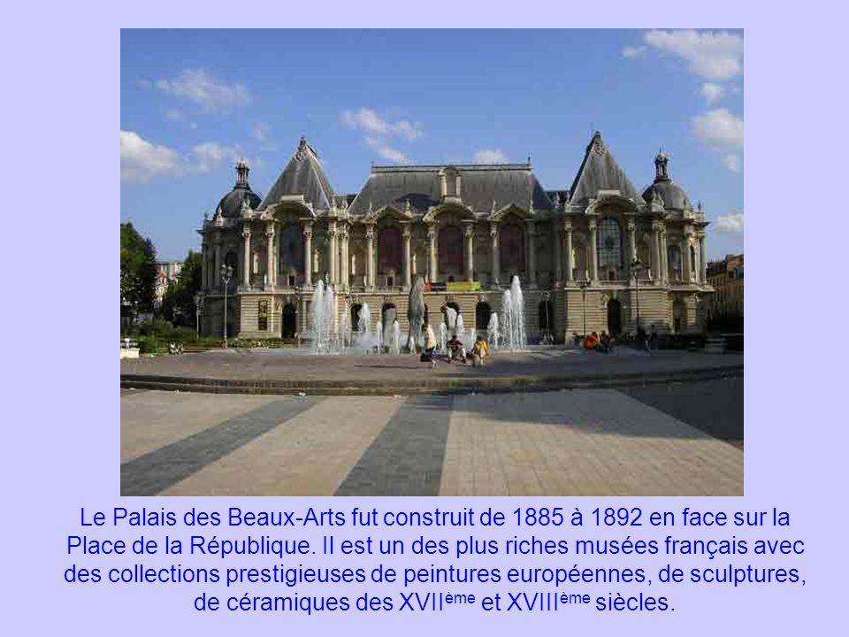 Le Palais des Beaux-Arts fut construit de 1885 à 1892 en face sur la Place de la République.