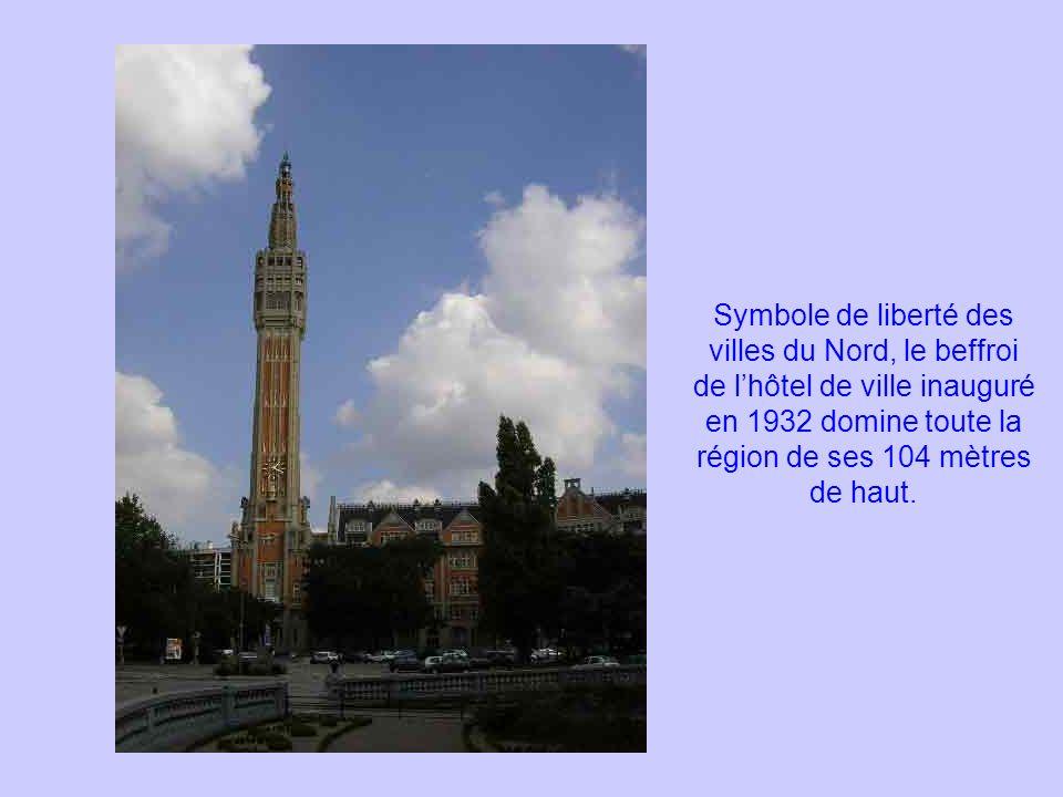 Symbole de liberté des villes du Nord, le beffroi de l'hôtel de ville inauguré en 1932 domine toute la région de ses 104 mètres de haut.