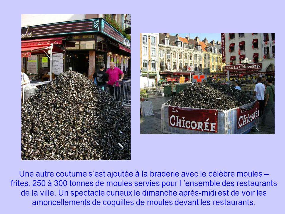 Une autre coutume s'est ajoutée à la braderie avec le célèbre moules – frites, 250 à 300 tonnes de moules servies pour l 'ensemble des restaurants de la ville.