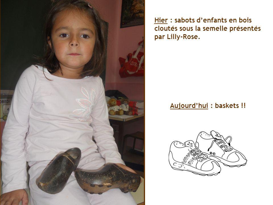 Hier : sabots d'enfants en bois cloutés sous la semelle présentés par Lilly-Rose.