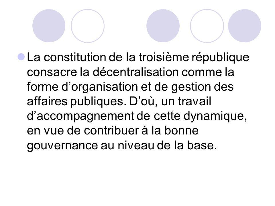 La constitution de la troisième république consacre la décentralisation comme la forme d'organisation et de gestion des affaires publiques.