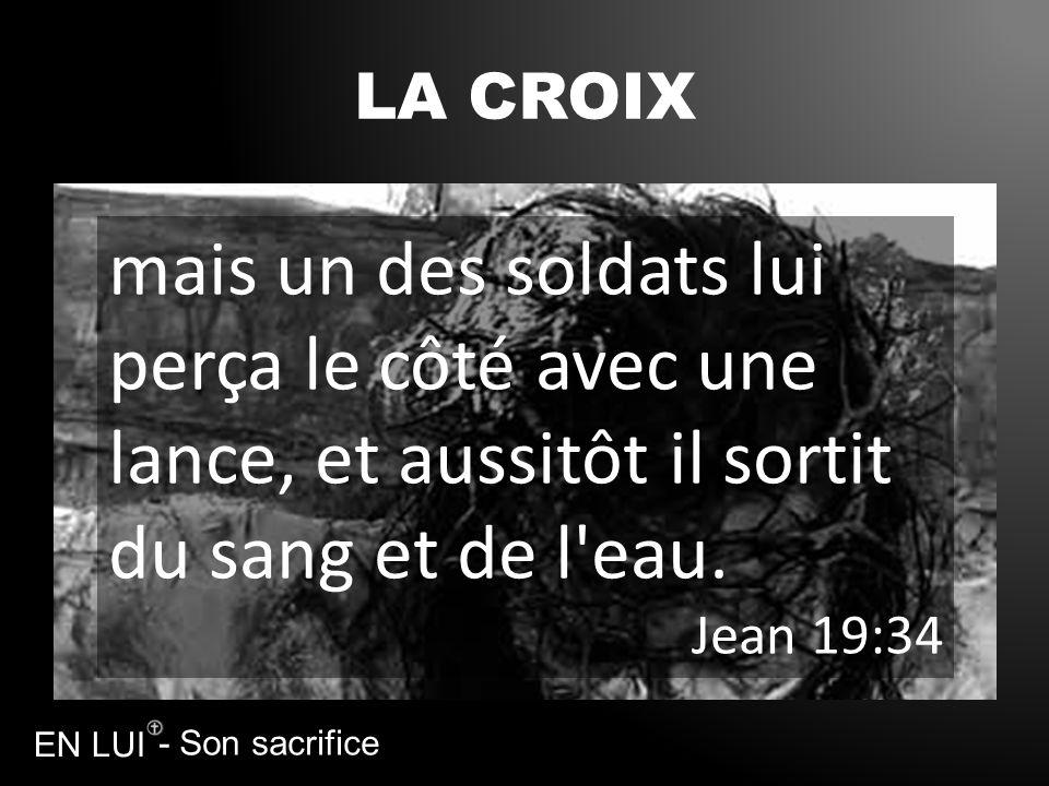 LA CROIXmais un des soldats lui perça le côté avec une lance, et aussitôt il sortit du sang et de l eau.