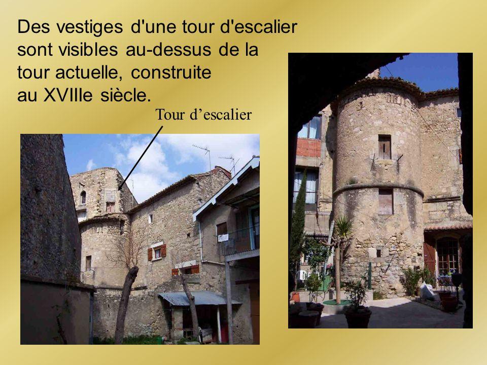 Des vestiges d une tour d escalier sont visibles au-dessus de la tour actuelle, construite au XVIIIe siècle.