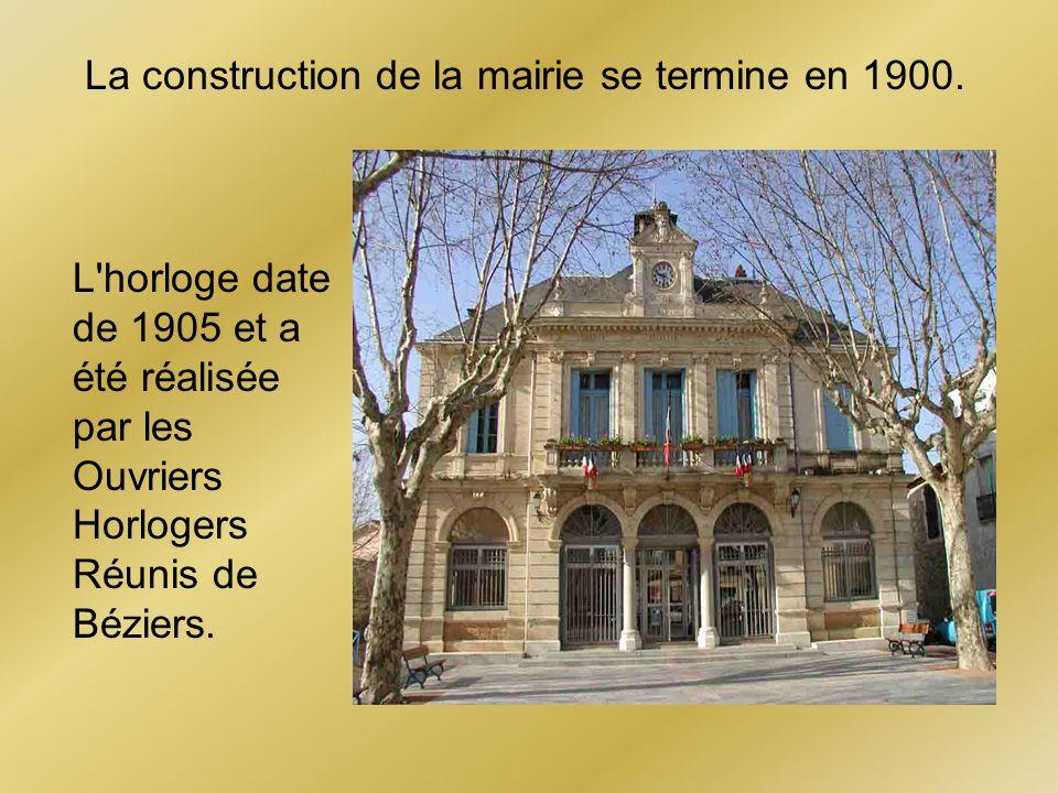 La construction de la mairie se termine en 1900.