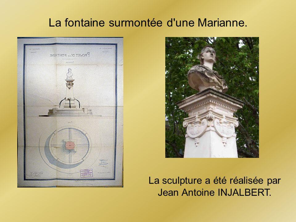 La fontaine surmontée d une Marianne.