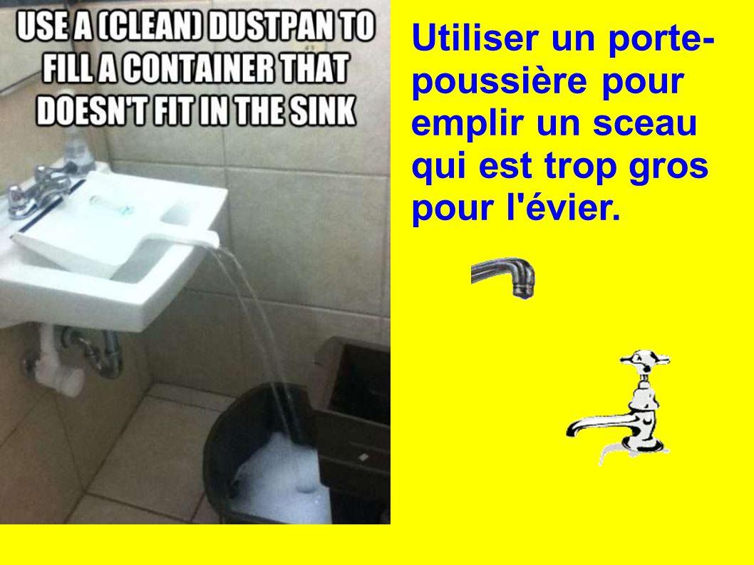 Utiliser un porte-poussière pour emplir un sceau qui est trop gros pour l évier.
