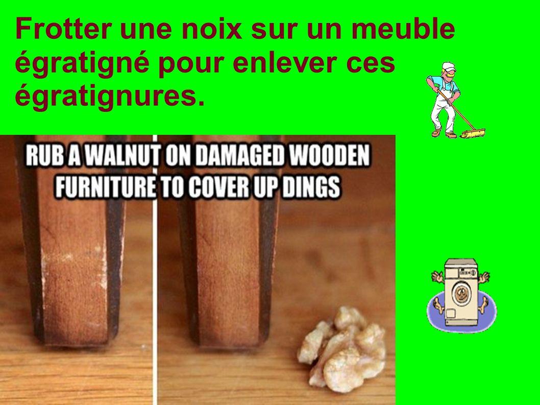 Frotter une noix sur un meuble égratigné pour enlever ces égratignures.