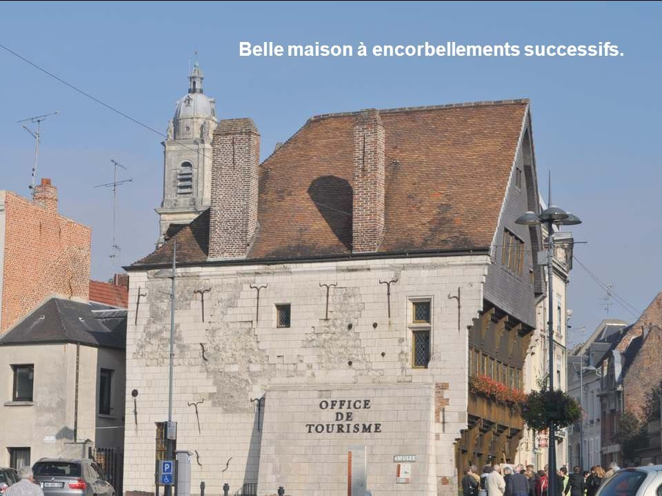 Belle maison à encorbellements successifs.
