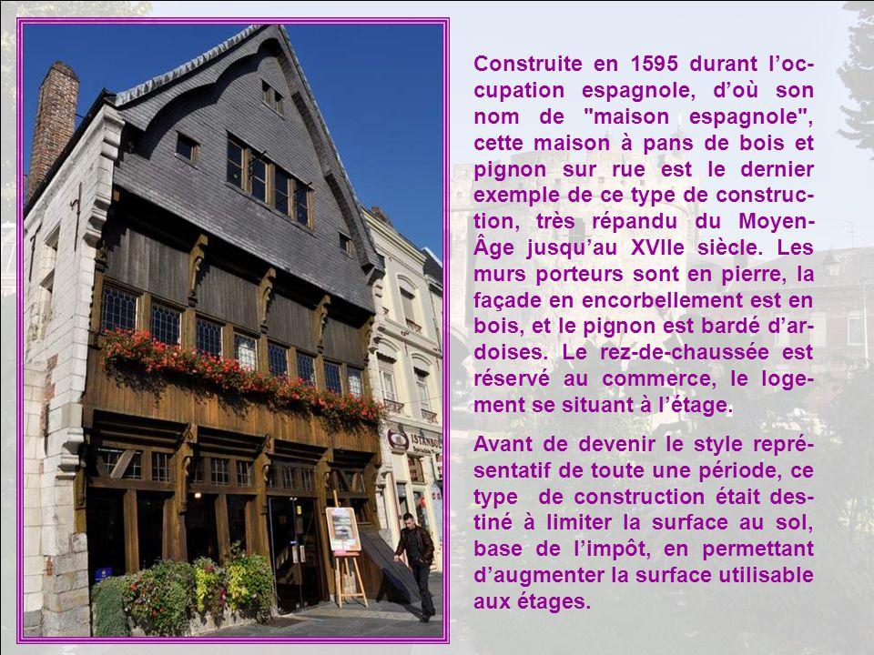 Construite en 1595 durant l'oc-cupation espagnole, d'où son nom de maison espagnole , cette maison à pans de bois et pignon sur rue est le dernier exemple de ce type de construc-tion, très répandu du Moyen-Âge jusqu'au XVIIe siècle. Les murs porteurs sont en pierre, la façade en encorbellement est en bois, et le pignon est bardé d'ar-doises. Le rez-de-chaussée est réservé au commerce, le loge-ment se situant à l'étage.