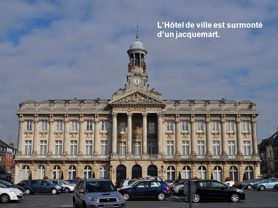 L'Hôtel de ville est surmonté d'un jacquemart.