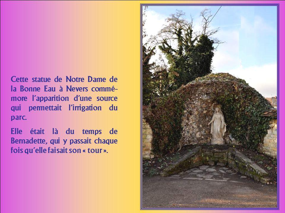 Cette statue de Notre Dame de la Bonne Eau à Nevers commé-more l'apparition d'une source qui permettait l'irrigation du parc.
