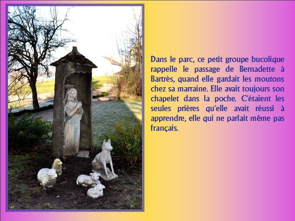 Dans le parc, ce petit groupe bucolique rappelle le passage de Bernadette à Bartrès, quand elle gardait les moutons chez sa marraine.