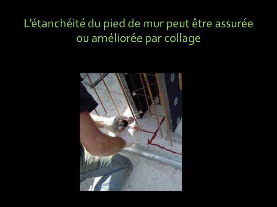 L'étanchéité du pied de mur peut être assurée ou améliorée par collage
