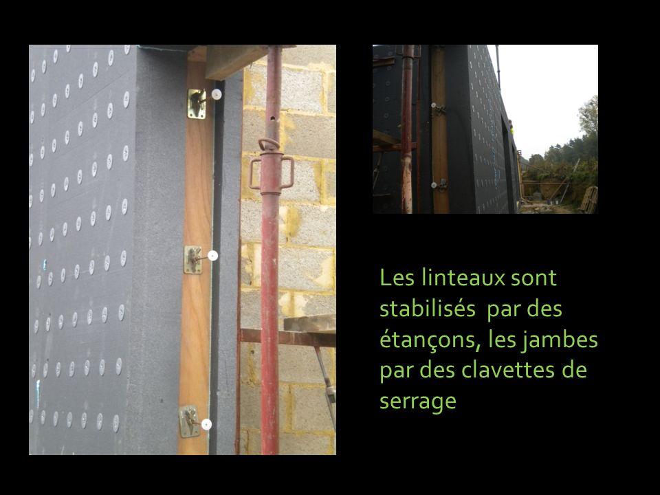 Les linteaux sont stabilisés par des étançons, les jambes par des clavettes de serrage