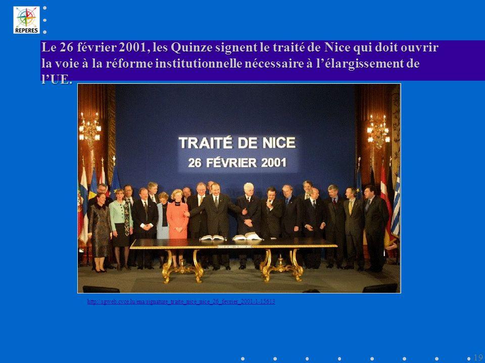 Le 26 février 2001, les Quinze signent le traité de Nice qui doit ouvrir la voie à la réforme institutionnelle nécessaire à l'élargissement de l'UE.