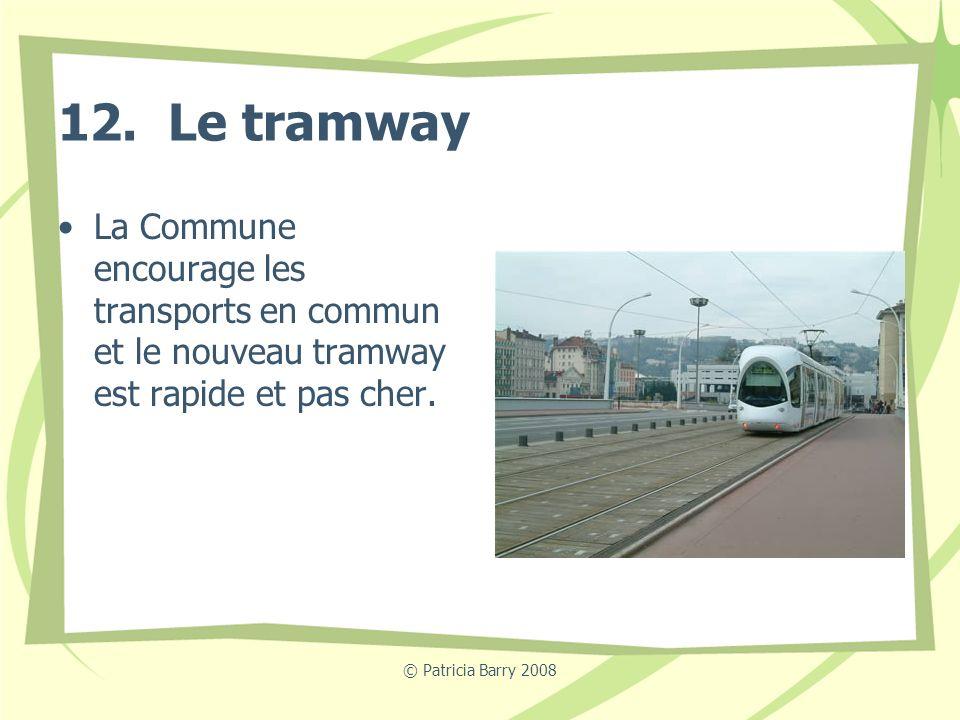 12. Le tramway La Commune encourage les transports en commun et le nouveau tramway est rapide et pas cher.
