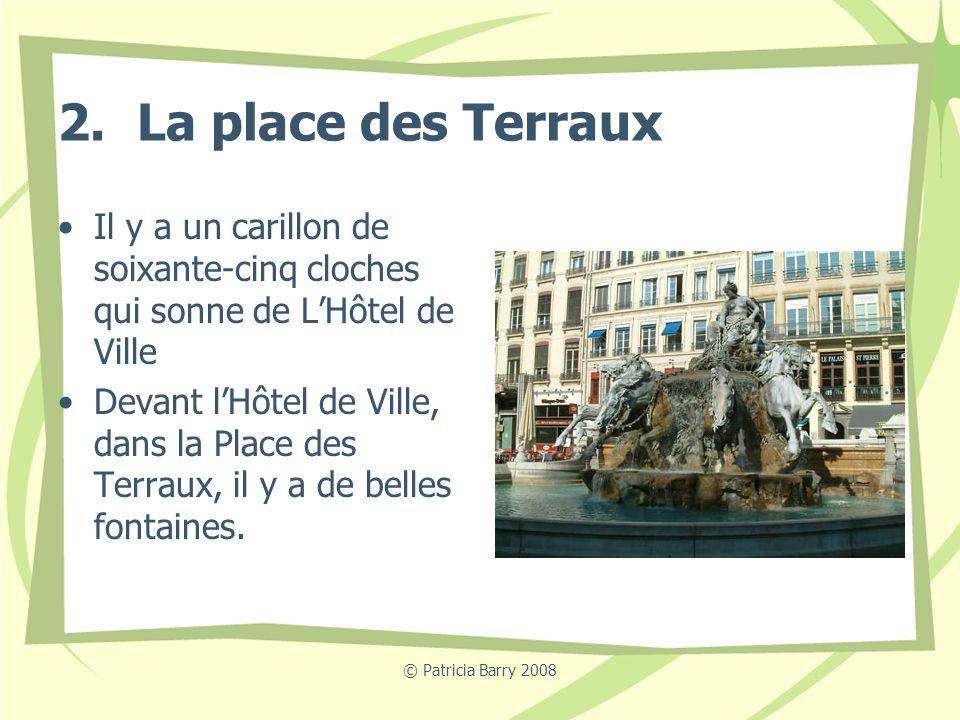 2. La place des Terraux Il y a un carillon de soixante-cinq cloches qui sonne de L'Hôtel de Ville.