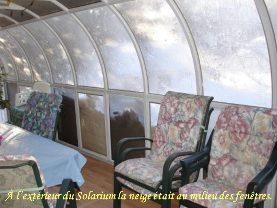 À l'extérieur du Solarium la neige était au milieu des fenêtres.