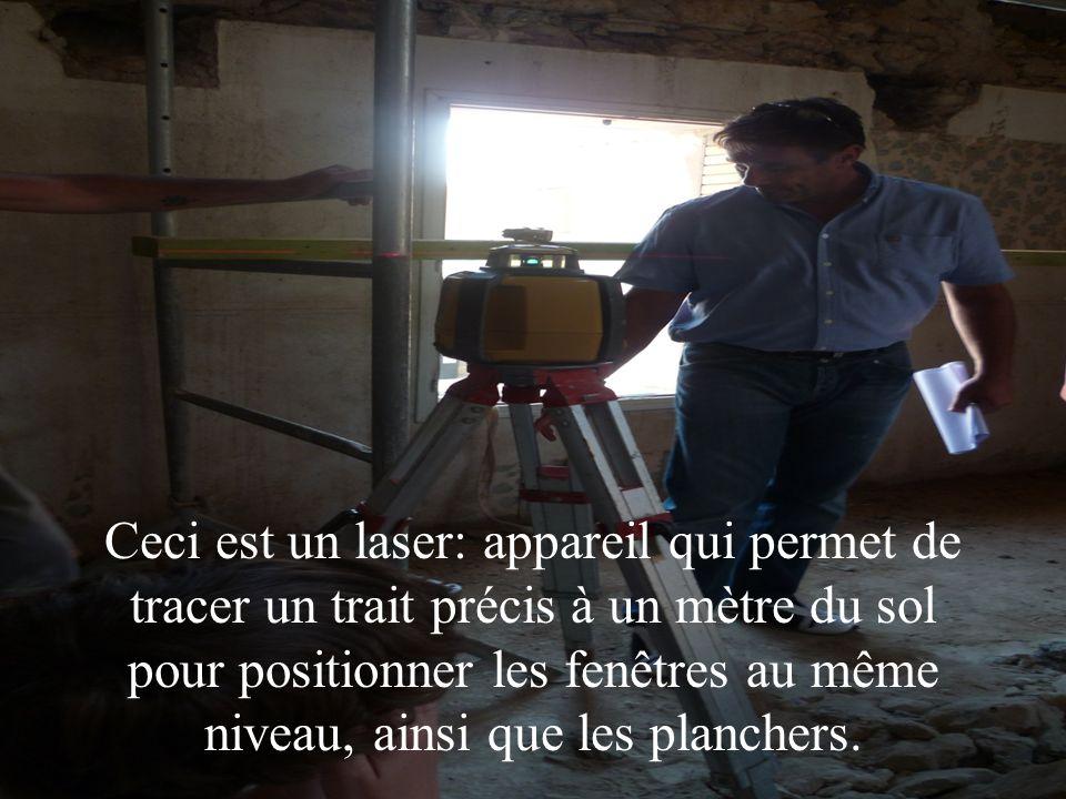 Ceci est un laser: appareil qui permet de tracer un trait précis à un mètre du sol pour positionner les fenêtres au même niveau, ainsi que les planchers.