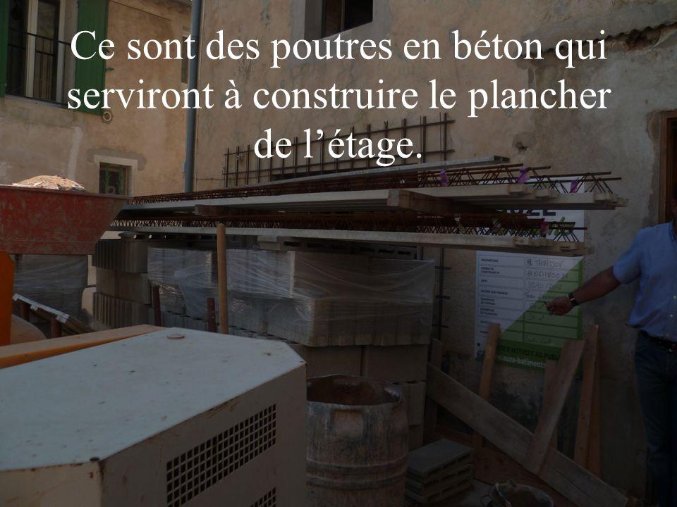 Ce sont des poutres en béton qui serviront à construire le plancher de l'étage.