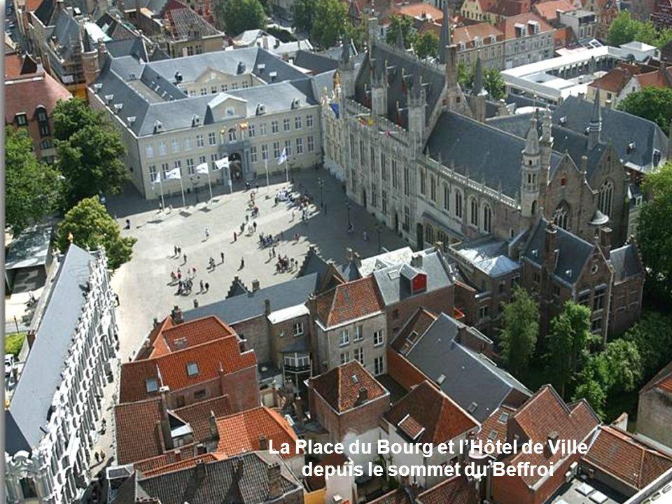 La Place du Bourg et l'Hôtel de Ville depuis le sommet du Beffroi