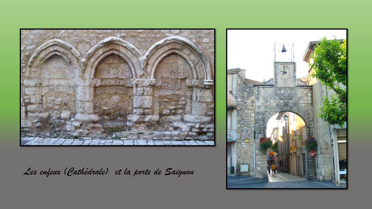 Les enfeux (Cathédrale) et la porte de Saignon