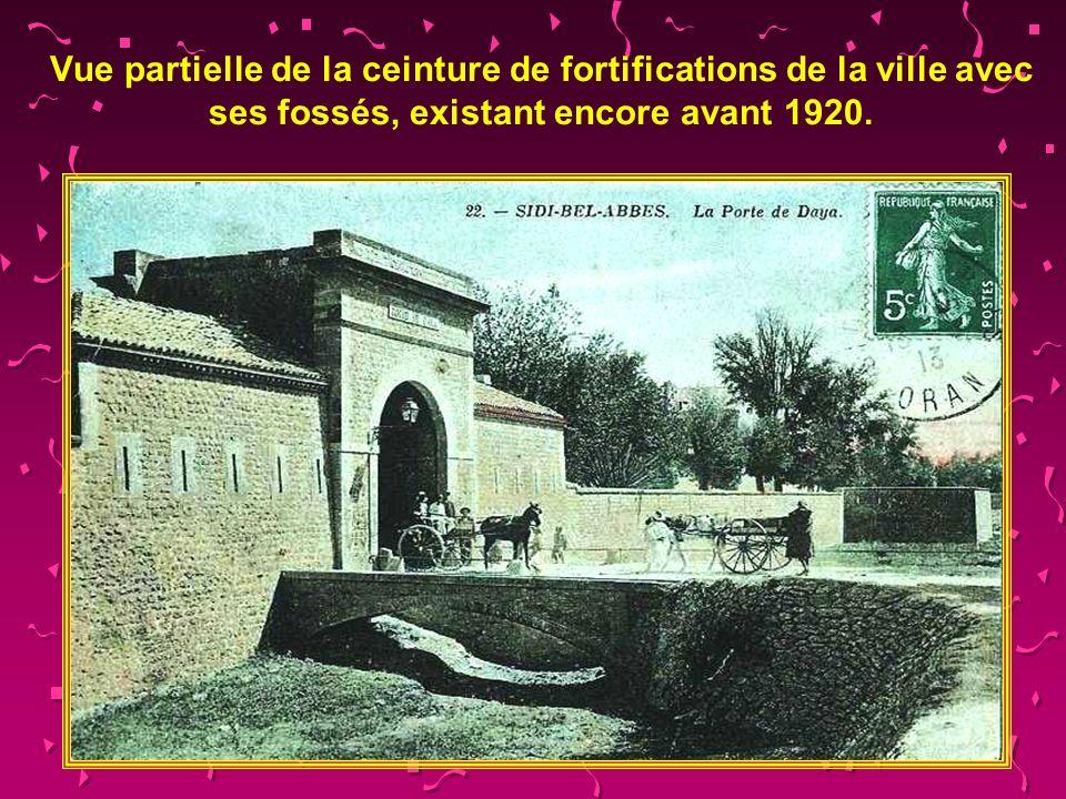 Vue partielle de la ceinture de fortifications de la ville avec ses fossés, existant encore avant 1920.
