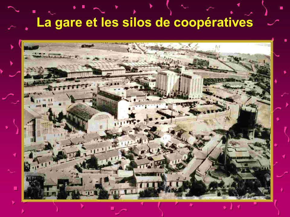 La gare et les silos de coopératives