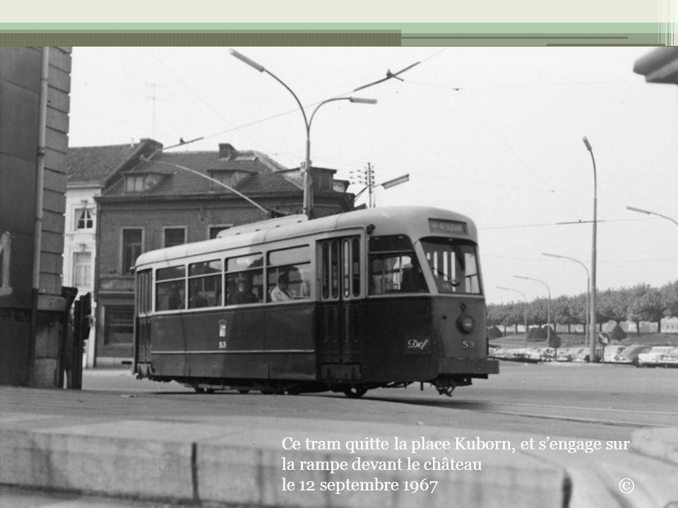 Ce tram quitte la place Kuborn, et s'engage sur la rampe devant le château